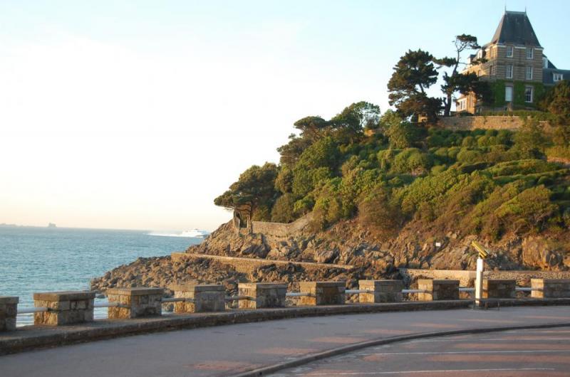 Promenade du clair de lune dinard avec vue sur st malo - Dinard office du tourisme ...